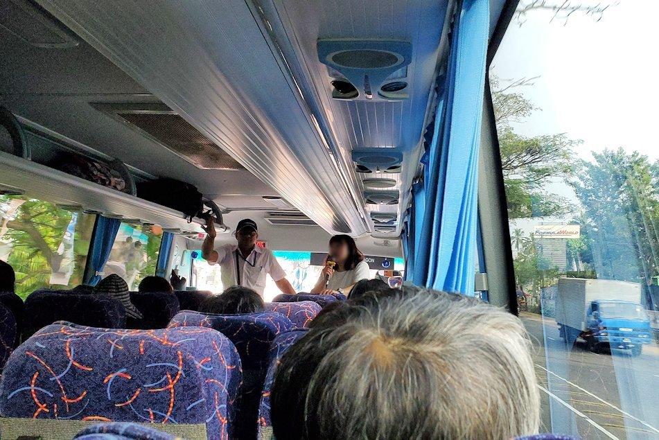 ネゴンボから『聖地アヌラーダプラ』(Anuradhapura)まで移動するバス車内