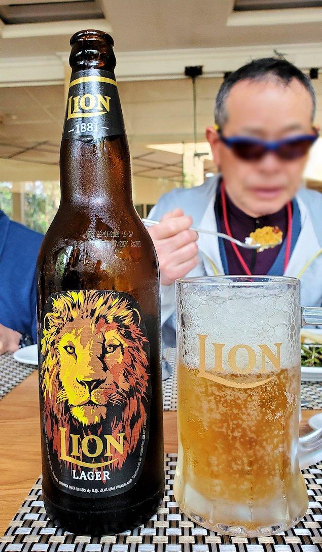 アヌラーダプラにある「ヘリテージ ホテル」のレストランでライオンビールを味わう
