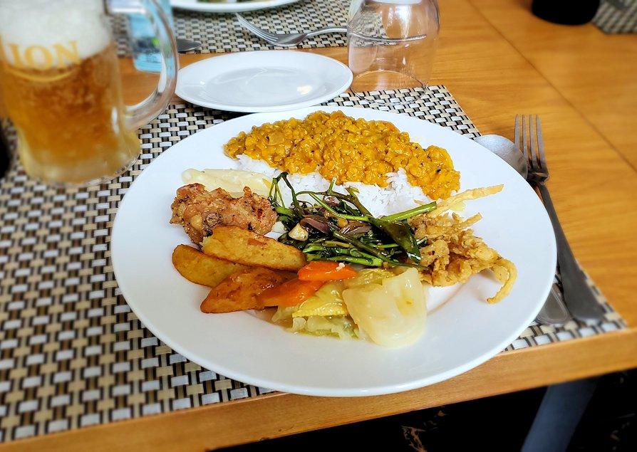アヌラーダプラにある「ヘリテージ ホテル」のレストランでスリランカカレーを味わう