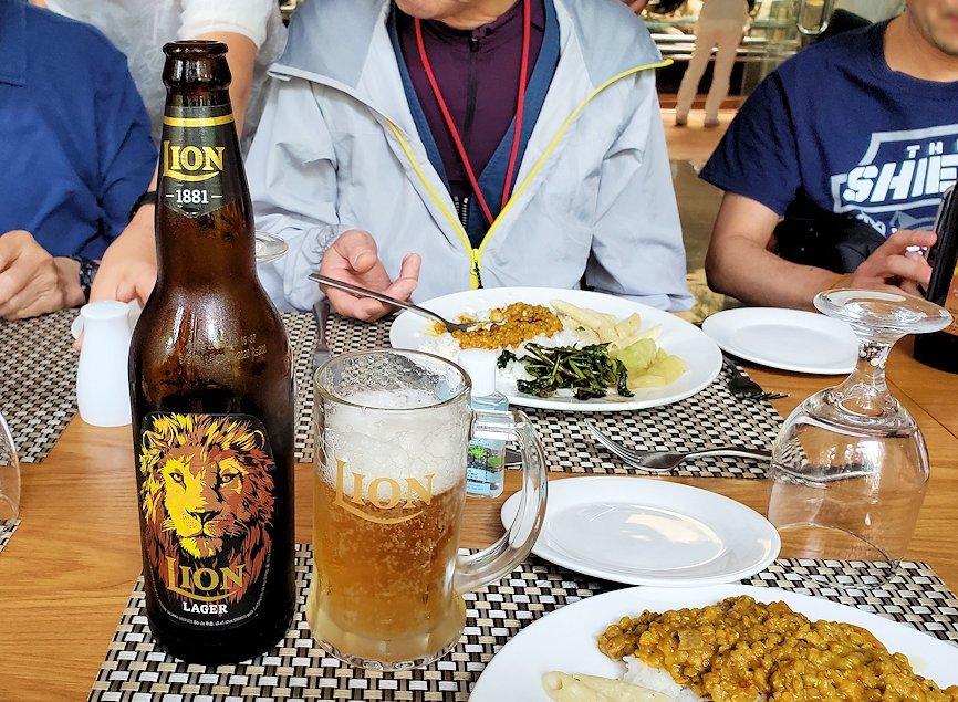 アヌラーダプラにある「ヘリテージ ホテル」のレストランでスリランカカレーを味わう人達