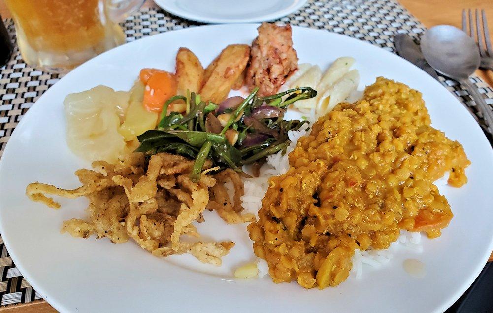 アヌラーダプラにある「ヘリテージ ホテル」のレストランでスリランカカレーを味わう-2