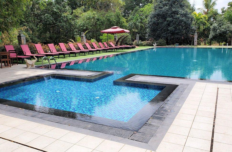 立ち寄った、アヌラーダプラにある「ヘリテージ ホテル」の敷地内にあるプール
