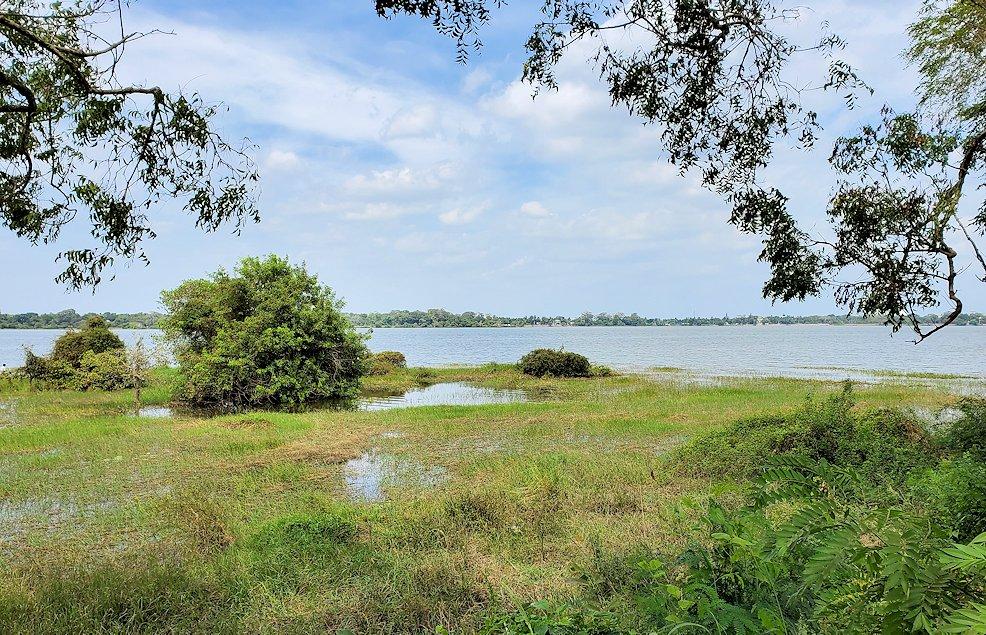 立ち寄った、アヌラーダプラにある「ヘリテージ ホテル」の前にある、ティッサ・ウェア(Tissa Wewa)と呼ばれる人口貯水湖