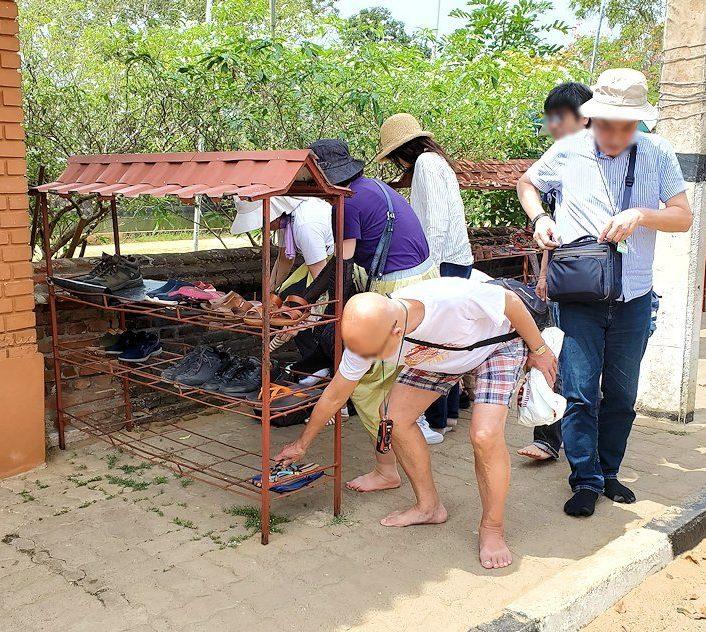 アヌラーダプラのイスルムニヤ精舎の入口で靴を脱ぐ人達