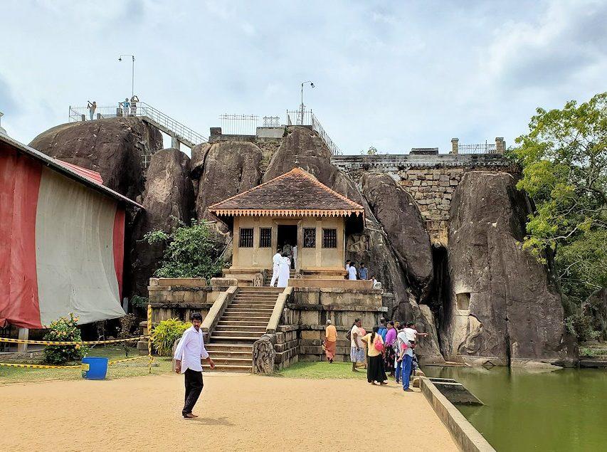 スリランカの古都アヌラーダプラにあるイスルムニヤ精舎