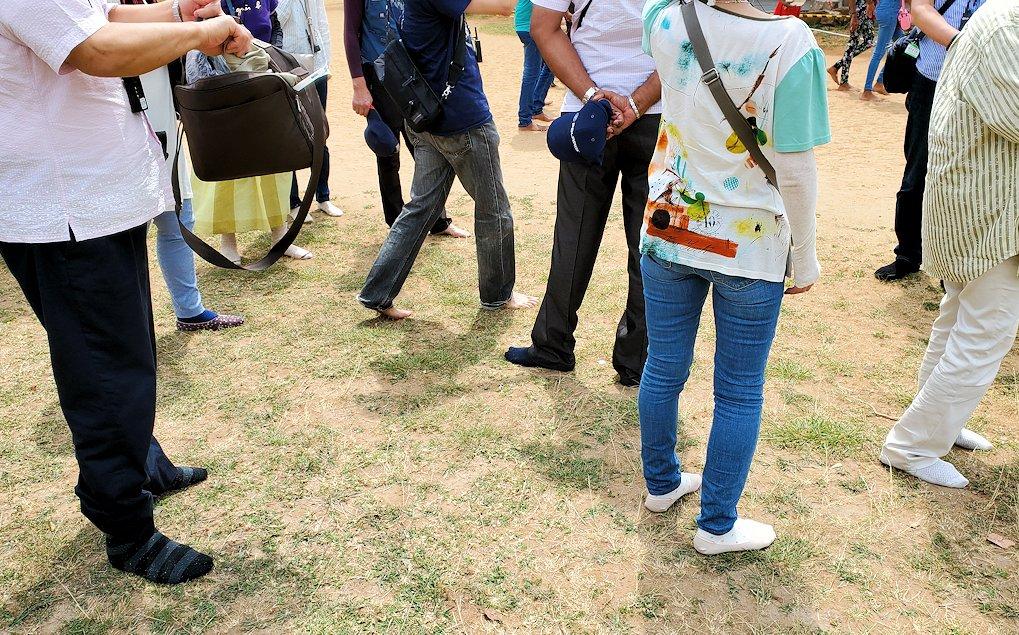 アヌラーダプラのイスルムニヤ精舎の敷地内では靴を脱いで入ります