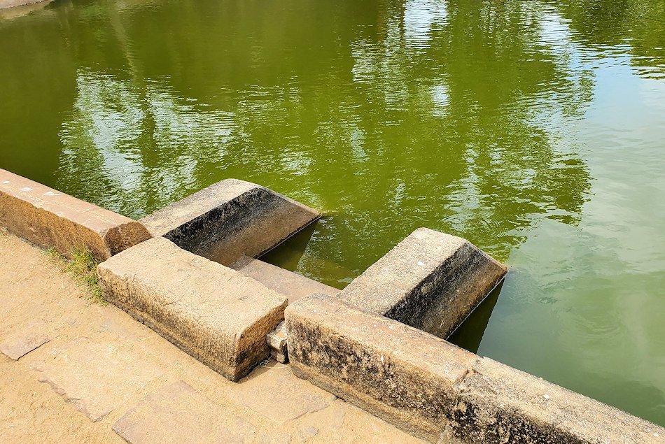 アヌラーダプラのイスルムニヤ精舎の敷地内にある沐浴場