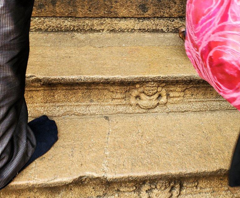アヌラーダプラのイスルムニヤ精舎の建物へと登る階段の装飾