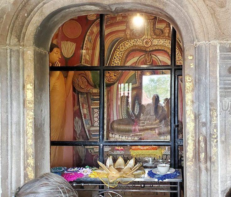 アヌラーダプラのイスルムニヤ精舎の本堂