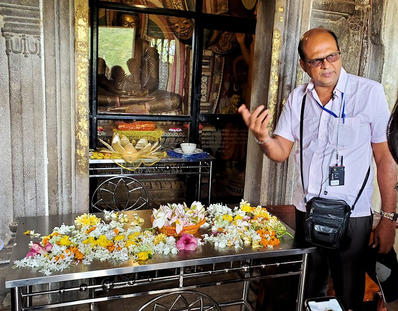 アヌラーダプラのイスルムニヤ精舎の本堂前に献花されている花