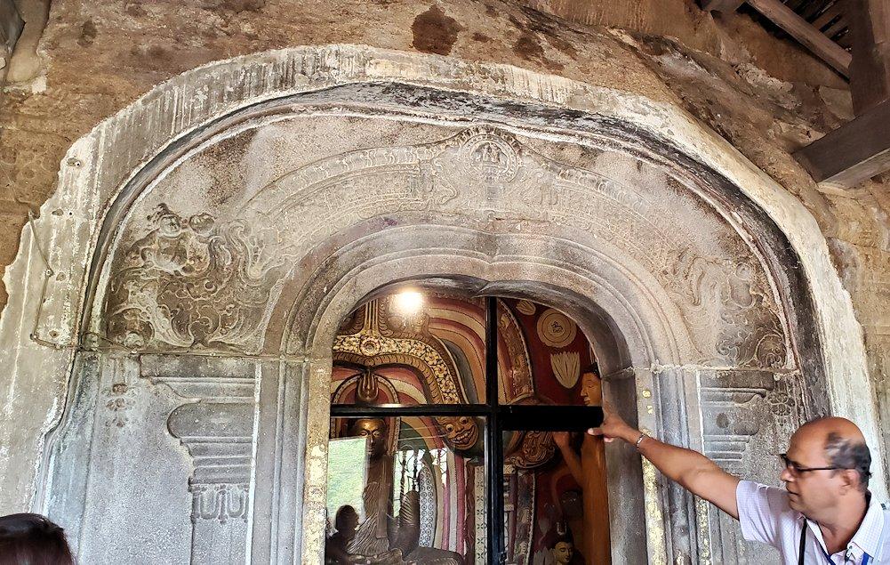 アヌラーダプラのイスルムニヤ精舎の本堂の壁