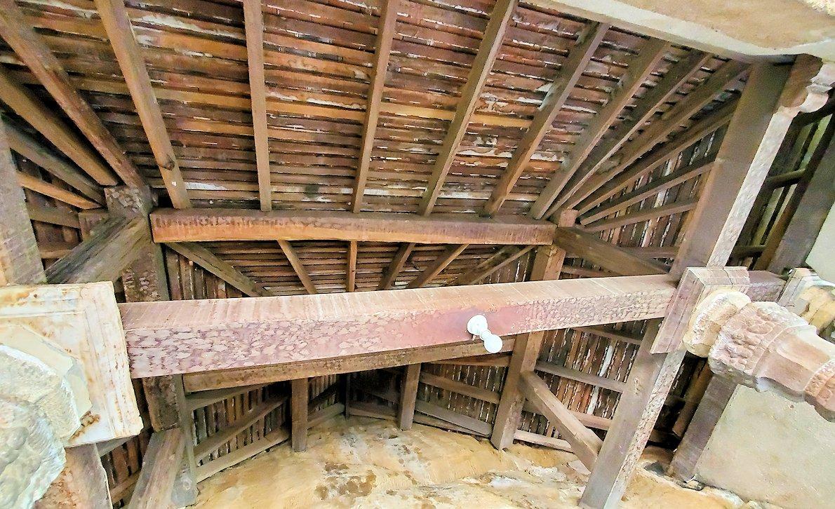 アヌラーダプラのイスルムニヤ精舎の本堂の屋根