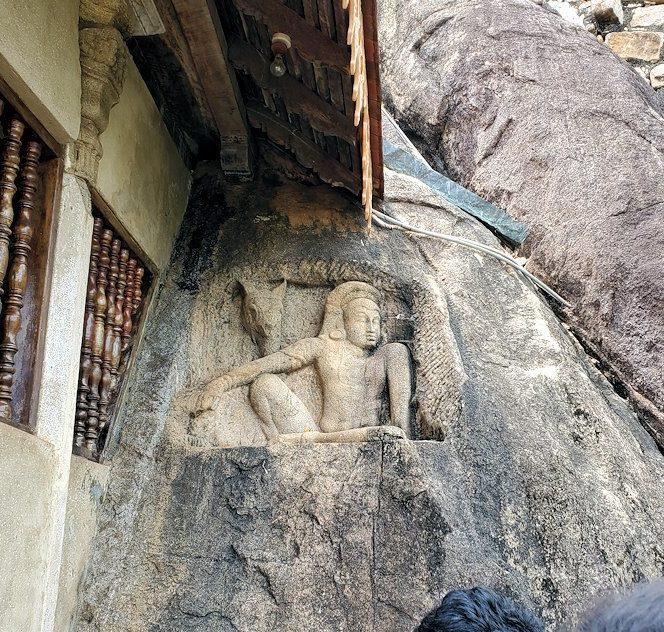 アヌラーダプラのイスルムニヤ精舎周囲に彫られている、雨を降らす神様「パッジュンナ」