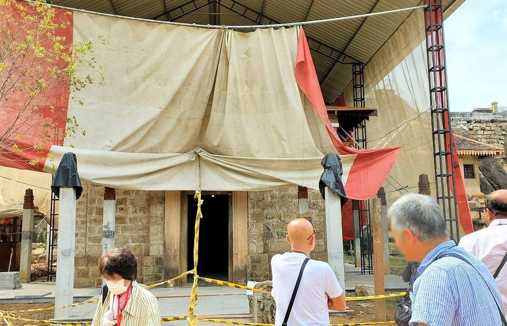 アヌラーダプラのイスルムニヤ精舎本堂の脇で工事中だった建物