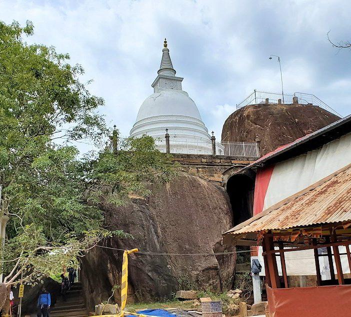 アヌラーダプラのイスルムニヤ精舎周辺にある仏塔