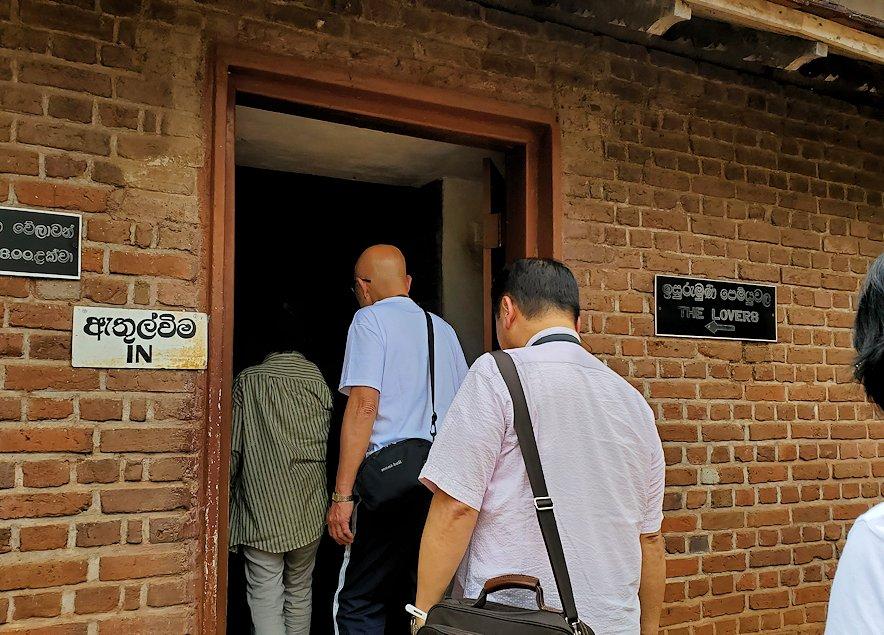 アヌラーダプラにあるイスルムニヤ精舎の博物館に入る