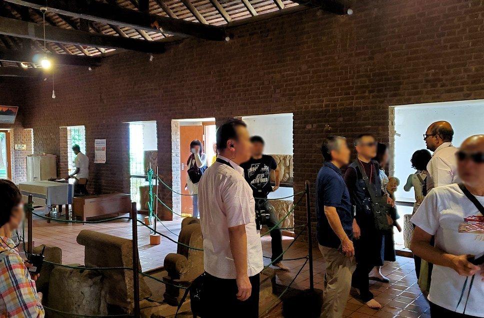 アヌラーダプラのイスルムニヤ精舎にある博物館を見学する人達