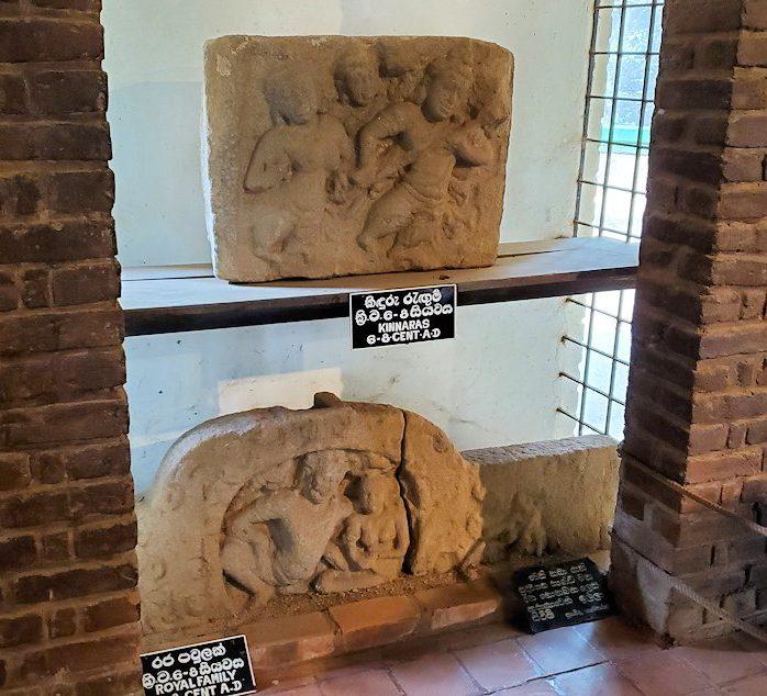 アヌラーダプラにあるイスルムニヤ精舎の博物館にある、石を彫って造られた石碑