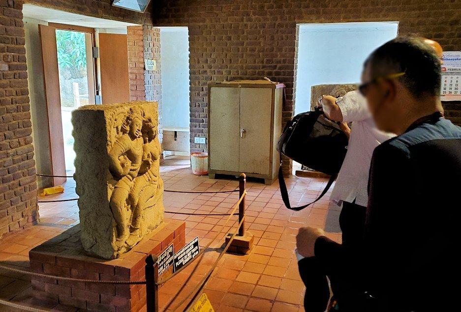 アヌラーダプラにあるイスルムニヤ精舎の博物館にある「恋人の像」を斜めから眺める