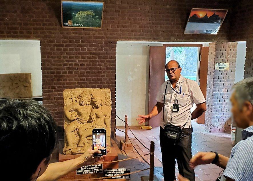 アヌラーダプラにあるイスルムニヤ精舎の博物館にある「恋人の像」を現地ガイドさんが解説