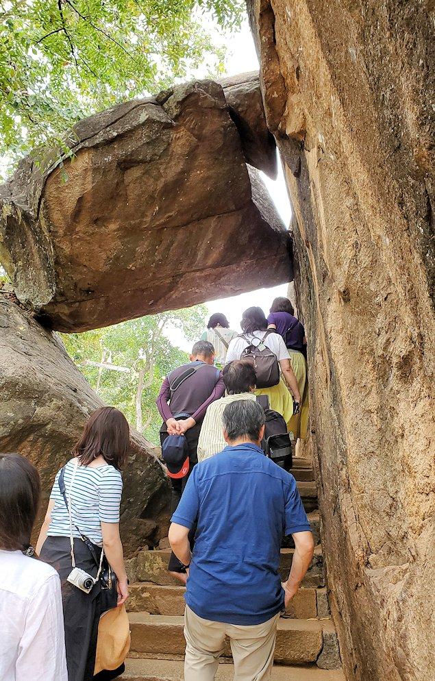 イスルムニヤ精舎敷地内にある、大きな岩に登る途中に見えた挟まった岩