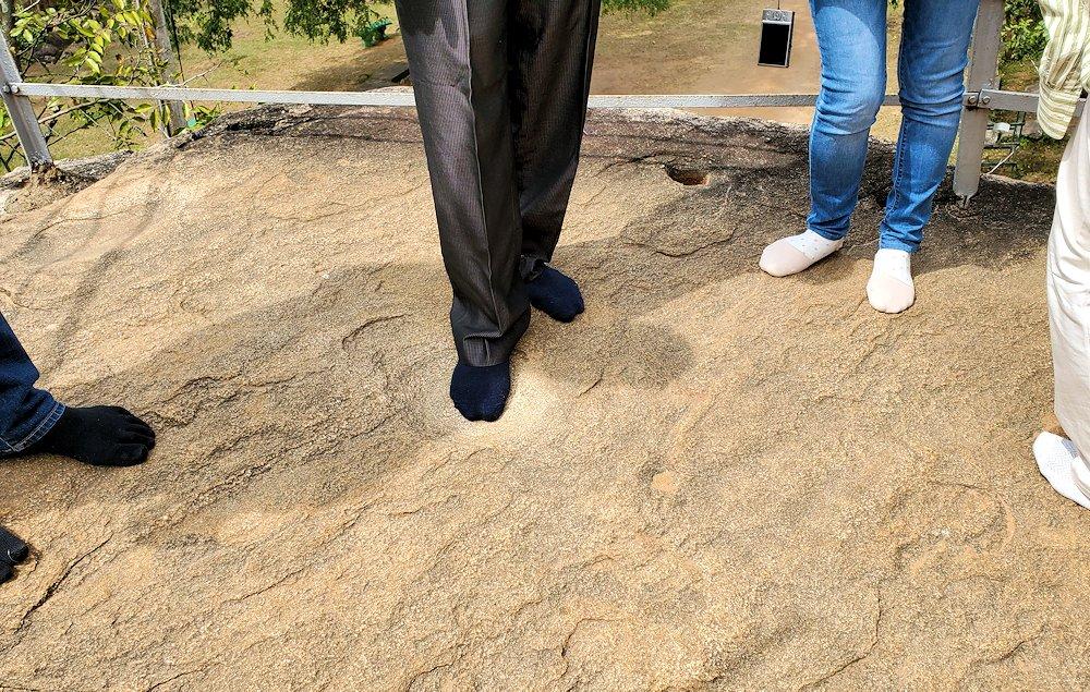 イスルムニヤ精舎敷地内にある、大きな岩に足を踏みしめる