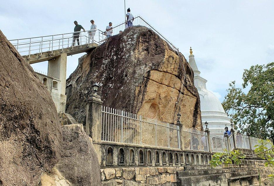 イスルムニヤ精舎で祀られている、古代の大岩