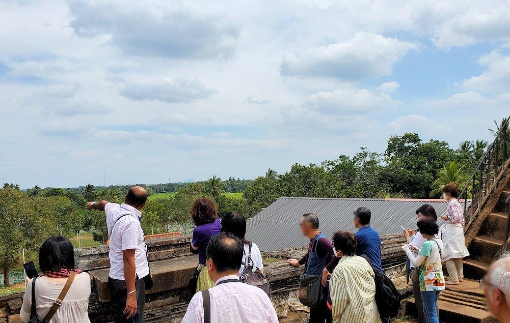 イスルムニヤ精舎敷地内にある、大きな岩の上から見渡す周囲の景色