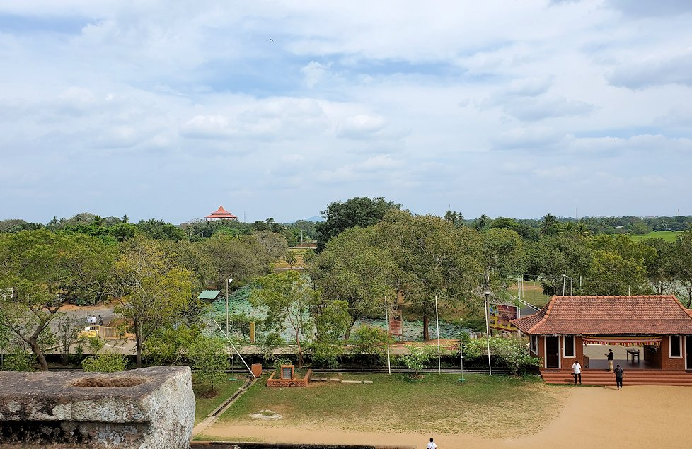 イスルムニヤ精舎敷地内にある、大きな岩の上から見渡す周囲の景色-2