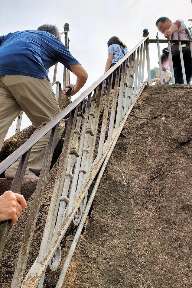 イスルムニヤ精舎敷地内にある、大きな岩に登る階段を登る-2