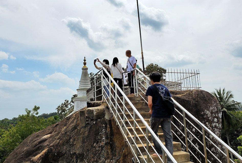 イスルムニヤ精舎敷地内にある、大きな岩の上に登った場所の様子