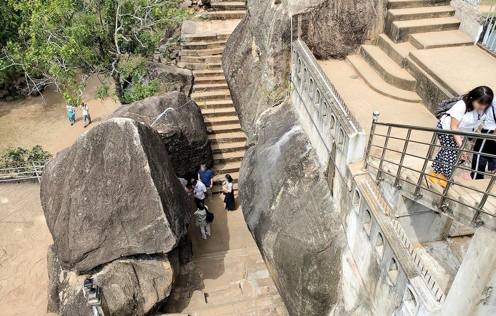 イスルムニヤ精舎敷地内にある、大きな岩の上から下を眺める