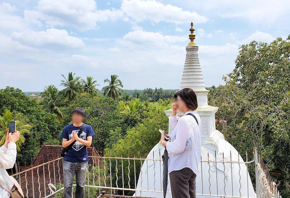 イスルムニヤ精舎敷地内にある、大きな岩の上に登った場所にある白い仏塔