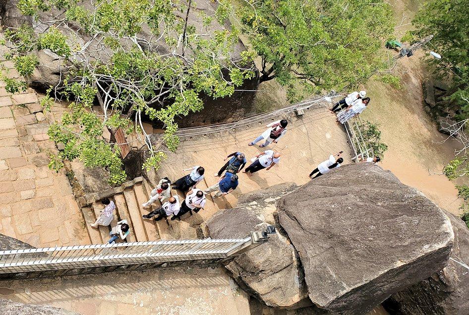 イスルムニヤ精舎敷地内にある、大きな岩の上に登った場所から下を見下ろす