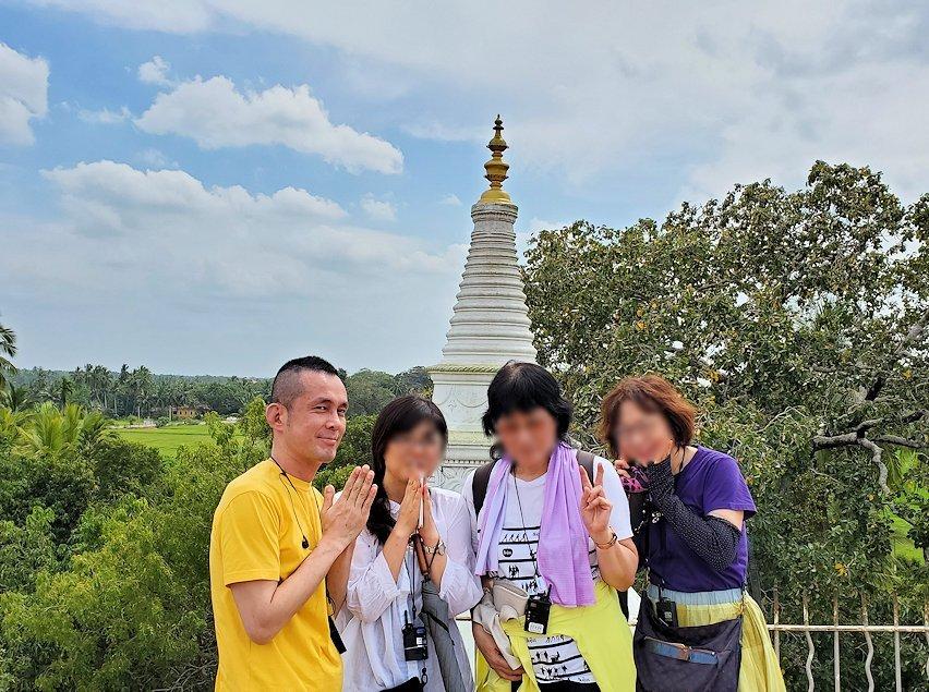 イスルムニヤ精舎敷地内にある、大きな岩の上に登った場所にある白い仏塔をバックに記念撮影-2