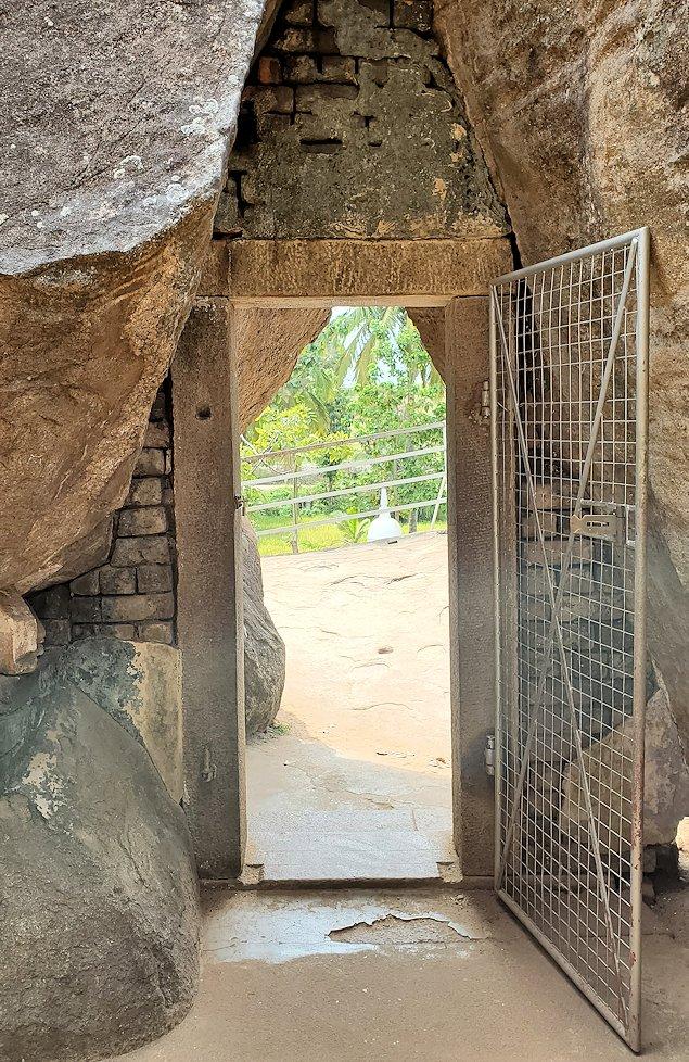 イスルムニヤ精舎敷地内にある、大きな岩にあった扉