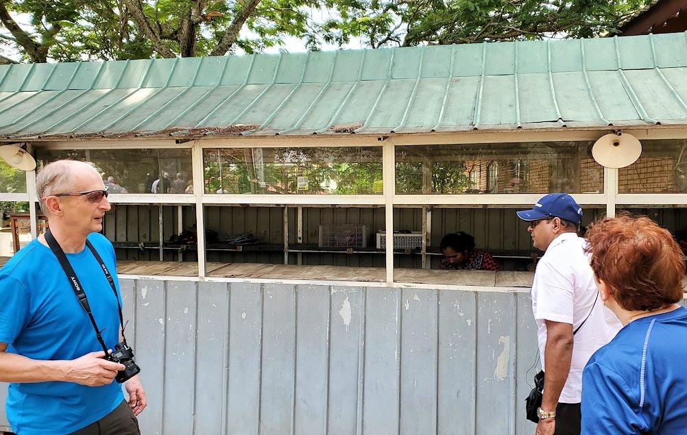 アヌラーダプラにあるスリー・マハー菩提樹が祀られる敷地内で靴を預ける-2