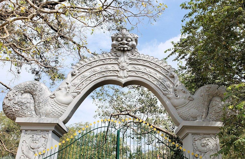スリー・マハー菩提樹が祀られる敷地へ繋がる門-2
