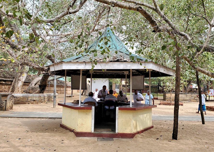 スリー・マハー菩提樹が祀られる敷地にあるチケット販売所
