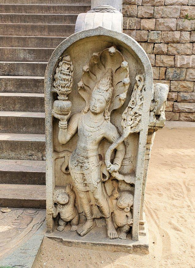 スリー・マハー菩提樹を祀る場所まで続く階段脇に見られるガードストーン