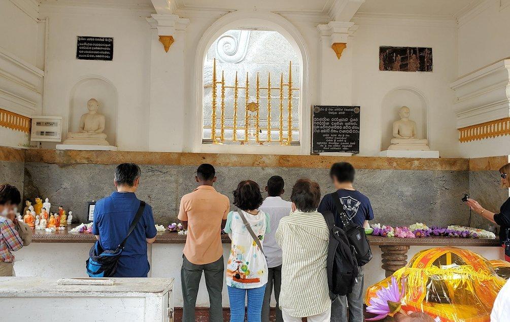 祀られているスリー・マハー菩提樹は、このように信者から熱心な祈りを受けている