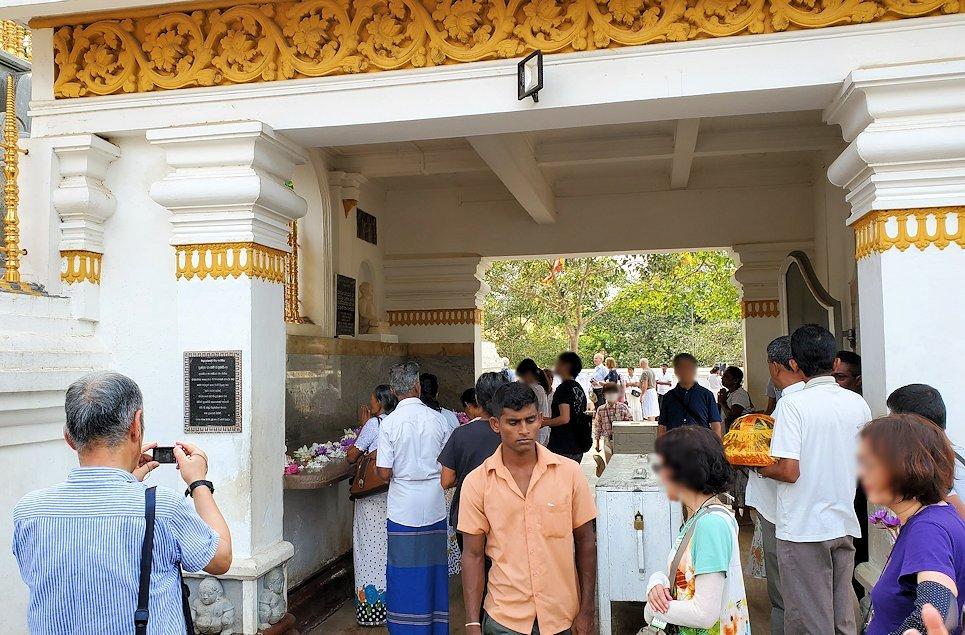 祀られているスリー・マハー菩提樹は、このように信者から熱心な祈りを受けている-2