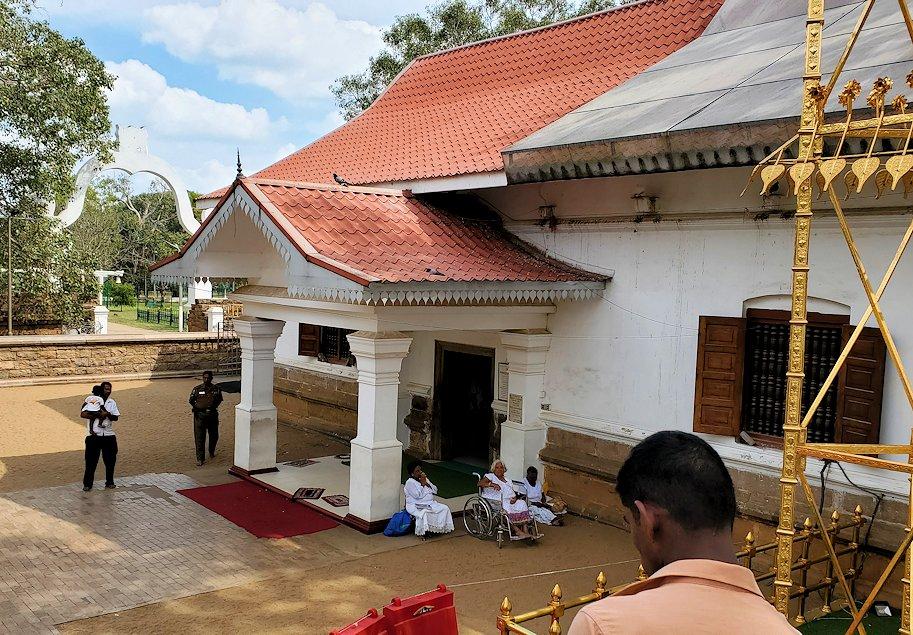 祀られているスリー・マハー菩提樹は、このように信者から熱心な祈りを受けている-3