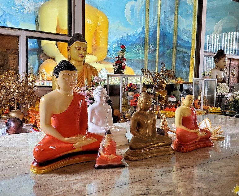 祀られているスリー・マハー菩提樹を祀る仏堂にある大小の仏像
