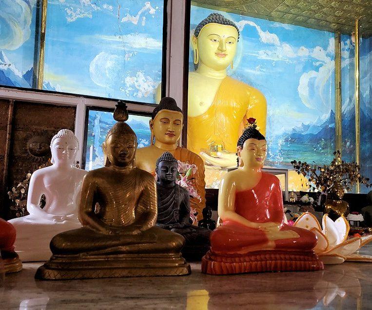 祀られているスリー・マハー菩提樹を祀る仏堂にある大小の仏像-2