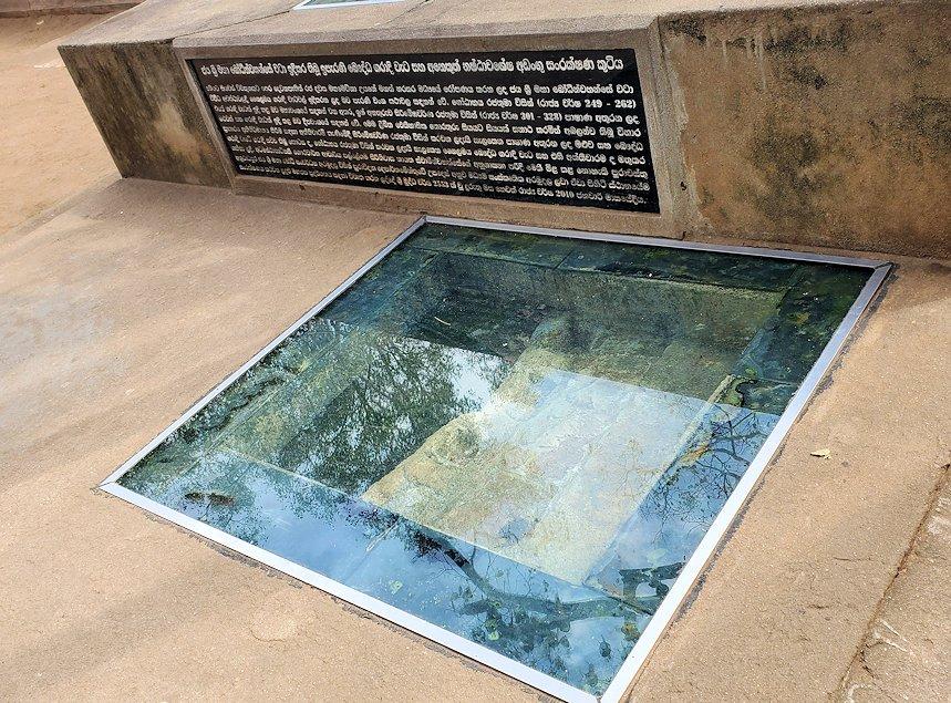 祀られているスリー・マハー菩提樹の根っこがガラス版の下に見られる