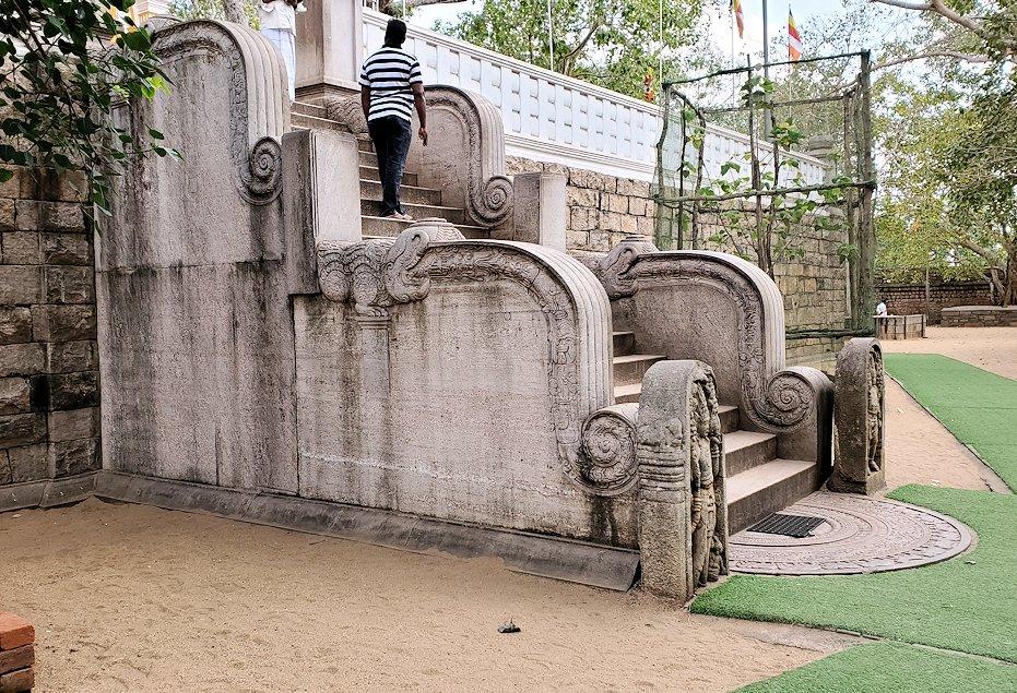 アヌラーダプラで祀られているスリー・マハー菩提樹前の階段-2