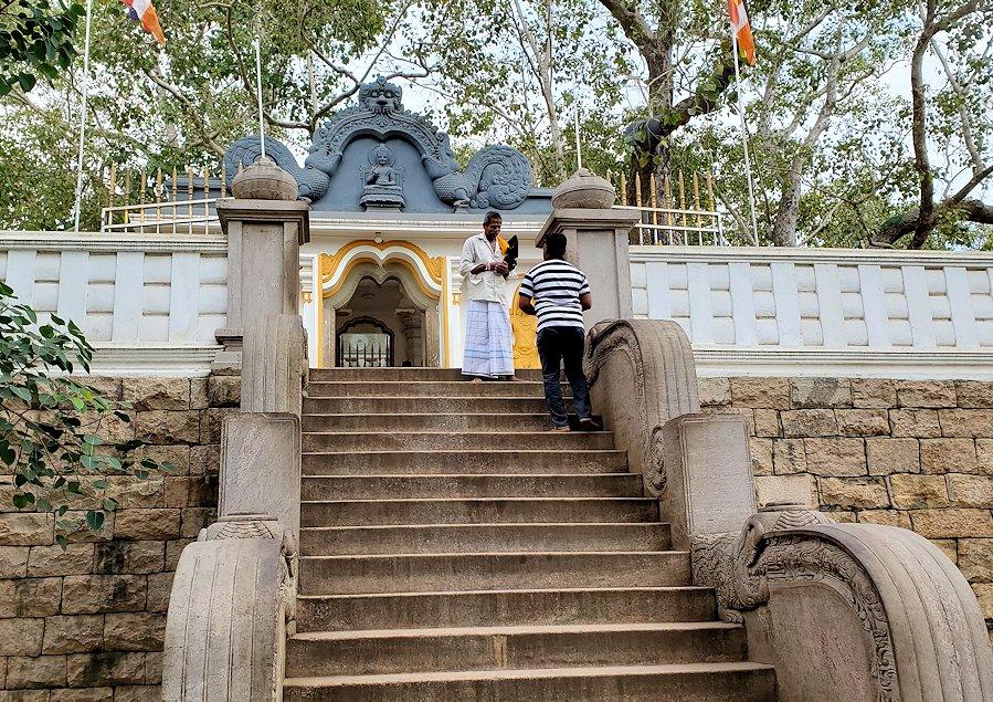 アヌラーダプラで祀られているスリー・マハー菩提樹前の階段