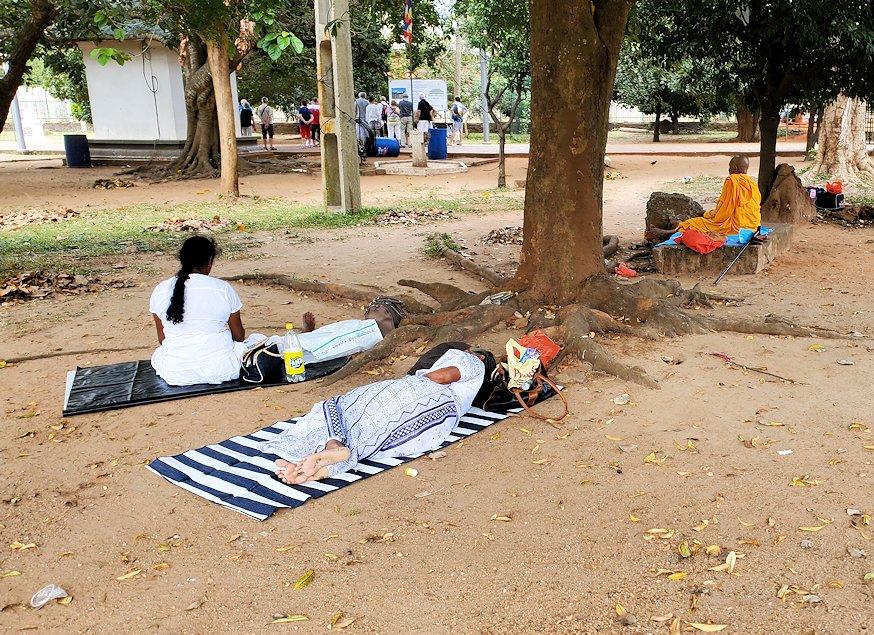 アヌラーダプラでルワンウェリ・サーヤ大塔に続く道で寝ている人々