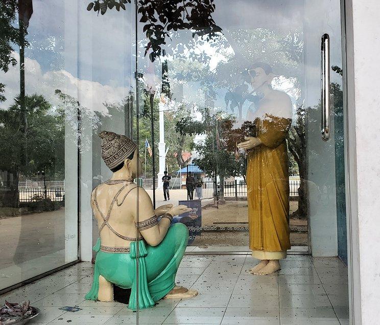 アヌラーダプラでルワンウェリ・サーヤ大塔に続く道にあったブッダガヤ伝来の像